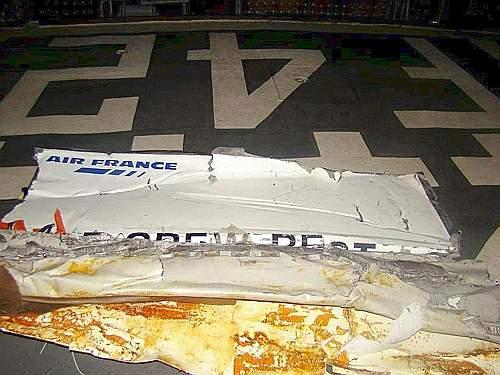 Il primo pezzo recuperato del volo Air France AF447 da Rio de Janeiro a Parigi caduto in mare in pieno oceano Atlantico. A bordo vi erano 228 persone (Ansa)