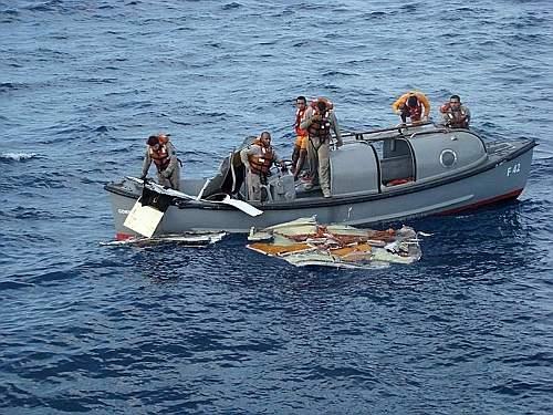 Le ricerche da parte della marina e dell'aviazione brasiliana dei corpi dei passeggeri e dei pezzi dell'Airbus dell'Air france AF447 precipitato in mare in pieno Oceano Atlantico per cause ancora da accertare (Ansa)