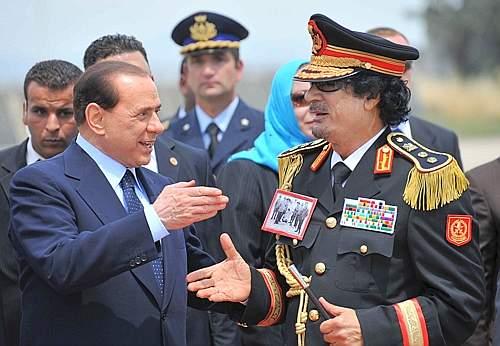 Stretta di mano tra Berlusconi e Gheddafi (Afp)