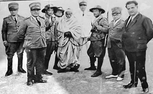 Il «leone del deserto» fu catturato a Solluch l'11 settembre 1931 e impiccato il 16 settembre per ordine del governatore della Cirenaica, il maresciallo Rodolfo Graziani. Alla figura di Al Mukhtar è stato dedicato un film, interpretato da Anthony Quinn, realizzato nel 1981 per la regia di Moustapha Akkad. Le autorità italiane hanno vietato la proiezione del film nel 1982 perché, secondo quanto affermò il presidente del consiglio Giulio Andreotti, «danneggia l'onore dell'esercito». La pellicola verrà trasmessa in tv per la prima volta in Italia giovedì sera da Sky (Ansa)