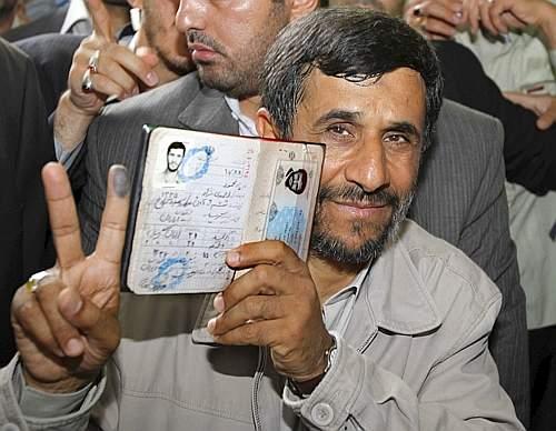 Il presidente uscente Mahmoud Ahmadinejad all'uscita dal seggio (Reuters)