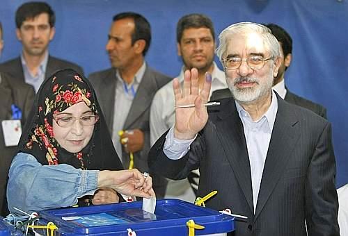 Il candidato riformista e moderato Mir Hossein Mousavi al seggio con la moglie Zahra (Ap)