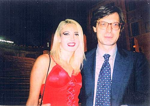 Ecco una serie di fotografie, scattate una quindicina di anni fa, che ritraggono Patrizia D'Addario insieme ad alcuni volti noti: qui è con il critico d'arte Vittorio Sgarbi