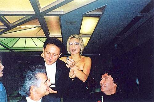 La D'Addario in mezzo ai Pooh: Roby Facchinetti a sinistra e Stefano D'Orazio a destra
