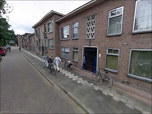 A settembre del 2008 due gemelli olandesi di 24 anni hanno rapinato un ragazzo di 14 portandogli via un cellulare e 165 euro in contanti. A marzo del 2009, il derubato ha riconosciuto se stesso in bicicletta in compagnia dei rapinatori in una delle foto tridimensionali di Google Street View, scattate un attimo prima che avvenisse il furto. Il quattordicenne ha avvertito la polizia che si è fatta dare da Google le immagini senza i volti offuscati dei malviventi e grazie a a queste ha potuto rintracciarli e arrestarli (foto Google Street View)