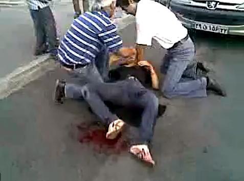Su Youtube è stato pubblicato un filmato con la morte di una ragazza colpita dalle milizie Basaji (nella foto un frame). Un video atroce: la giovane, poco più che ventenne, è stesa a terra in una pozza di sangue e alcune persone provano a praticarle invano un massaggio cardiaco. Secondo i blogger, la ragazza è una delle due vittime di questa ennesima giornata di proteste per le vie di Teheran