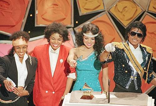Con le sorelle Maureen Rebie, Janet e La Toya nel 1984 (Ap)