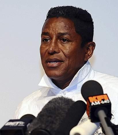 Jermaine Jackson dà l'annuncio della morte del fratello, 25 giugno 2009 (Reuters)