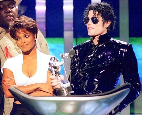 Con la sorella Janet nel 1995 (Reuters)