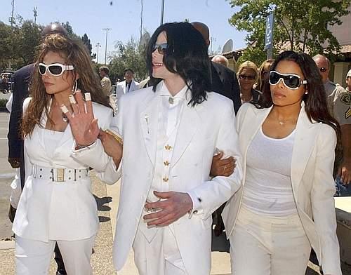 Con le sorelle La Toya a Janet nel 2004 (Reuters)