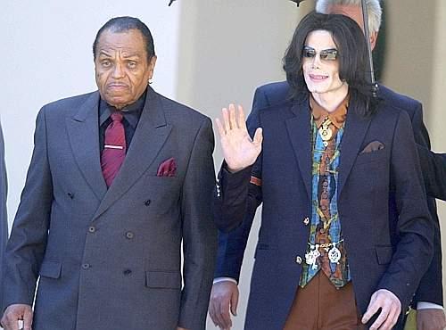 Con il padre Joe nel 2005, all'uscita dal tribunale di Santa Barbara in California durante il processo per molestie sessuali contro minorenni (Ap)