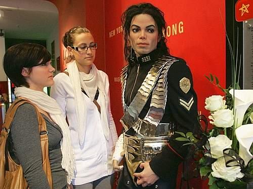 Fan di Michael Jackson vicino alla sua statua nel museo delle cere di Madame Tussauds a Berlino (Ap)