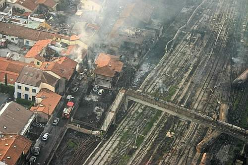 Una fotografia aerea scattata sulla zona dove è avvenuto l'incidente ferroviario che ha provocato morti e feriti a Viareggio: l'esplosione dopo il deragliamento di un treno merci ha causato il crollo di due palazzine (Cge)