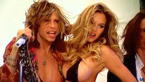 La top model ha anche girato una clip con gli Aerosmith per uno speciale su Victoria's Secret. La modella israeliana indossa un bikini mozzafiato per un video promozionale destinato a uno speciale televisivo sulla celebre casa produttrice di lingerie (Photomasi)