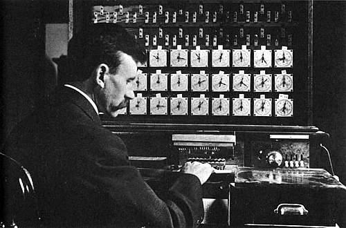 La macchina tabulatrice di Hollerith: lo statistico statunitense Herman Hollerith, inventò questa macchina per velocizzare l'elaborazione dei dati del censimento nazionale