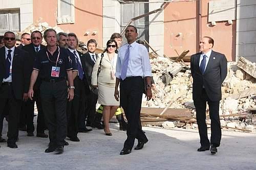 Il presidente degli Stati Uniti Barack Obama visita insieme al presidente del Consiglio Berlusconi il centro storico dell'Aquila distrutto dal sisma dello scorso 6 aprile (Simeone)