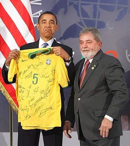 Una maglietta giallo-oro della nazionale brasiliana di calcio autografata: è questo il regalo che il presidente brasiliano Luiz Inacio Lula da Silva ha donato al presidente americano Barack Obama (Ap)