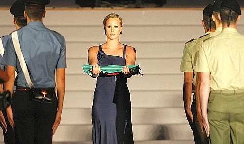 La primatista mondiale di 200 e 400 stile libero Francesca Pellegrini porta la bandiera italiana (Ansa)