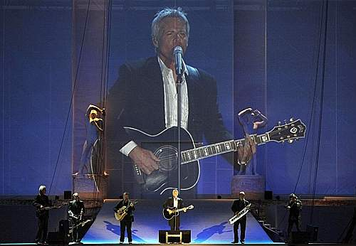 Claudio Baglioni canta l'inno dei Mondiali, da lui composto (Ansa)