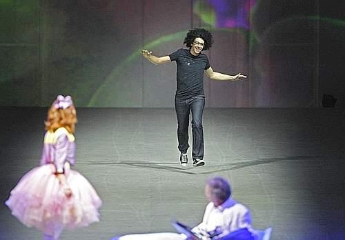 Il pianista Giovanni Allevi entra in scena (Ansa)