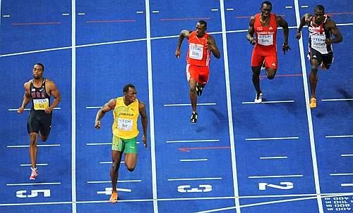 Usain Bolt si conferma l'uomo più veloce del pianeta: il giamaicano ha dominato la finale dei 100 metri ai Mondiali di atletica di Berlino, infilando un nuovo, pazzesco, record del mondo. L'olimpionico ha abbassato il suo stesso primato di ben 11 centesimi, portandolo dal 969 di Pechino al 958 di Berlino. Nettamente distanziati tutti gli altri rivali, primi fra tutti lo statunitense Tyson Gay, che pure ha fatto segnare uno straordinario 971 (nuovo record Usa), e l'altro giamaicano Asafa Powell, bronzo in 984 (Afp)