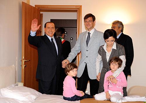Il premier Silvio Berlusconi nella camera da letto della prima casa consegnata a una delle famiglie terremotate di Onna, località distrutta dal sisma del 6 aprile scorso (Ansa)