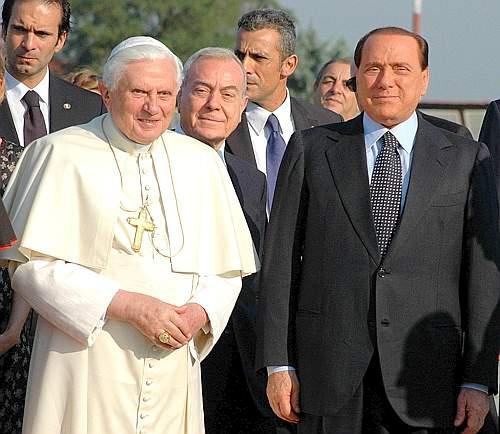Papa Benedetto XVI ha salutato e avuto un breve colloquio a sorpresa con il premier  Silvio Berlusconi  e il sottosegretario alla Presidenza del Consiglio Gianni Letta nella saletta vip dell'aeroporto di Ciampino (Ansa)