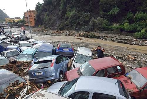 Decine di automobili trasportate dalla forza dell'alluvione che ha colpito il paese di Giampilieri