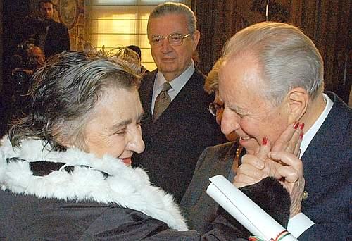 Alda Merini con Azeglio Ciampi, già presidente della Repubblica. Foto da Corriere.it