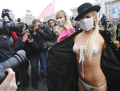 In piazza con biancheria intima ricavata dalle mascherine protettive antiinfluenza. E' con questi strumenti che si è svolta  la proteste di un gruppo di femministe ucraine, nella piazza dell'Indipendeza di Kiev. Secondo le manifestanti governo, giornali e tv stanno creando un eccessivo allarmismo attorno al virus H1N1, creando volutamento panico tra la popolazione  (Reuters)