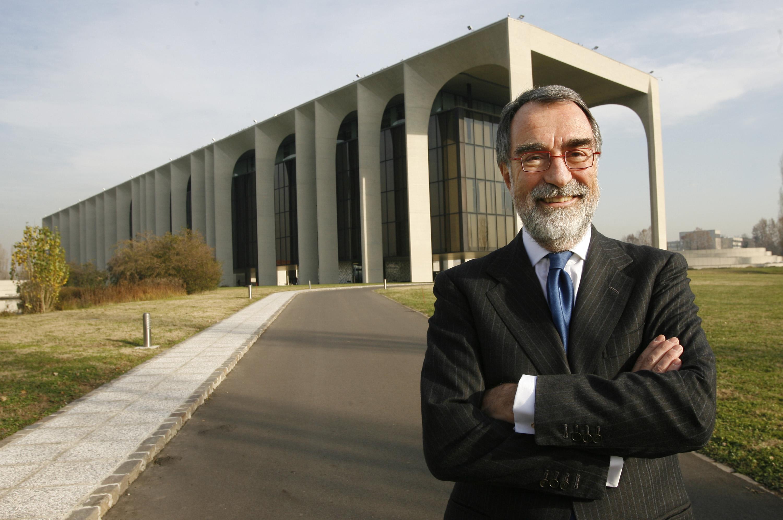 Maurizio Costa davanti alla sede della Mondadori di Segrate Ansa Dal Zennaro