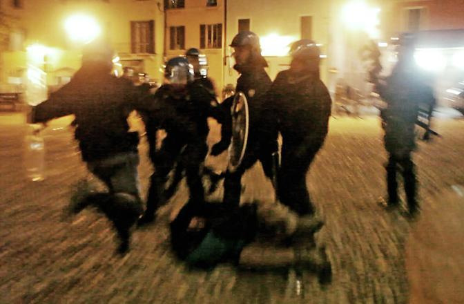 calci a manifestante a terra - brescia