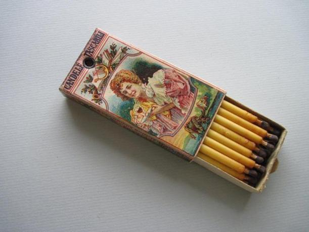 """Una scatola di """"candelotti"""" o """"bugies de poche"""": più che dei fiammiferi, vere e proprie candele in miniatura. A fine Ottocento esistevano vari tipi di fiammiferi: alcuni erano grossi e colorati, altri invece molto piccoli (Foto: Fagnani. Archivio Tunesi)"""