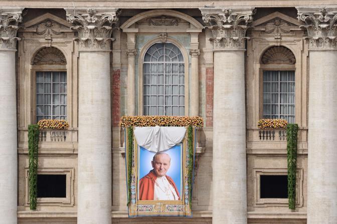 L'immagine è stata ricavata da una bellissima foto del 1995 che riprende Giovanni Paolo II sorridente (Afp)