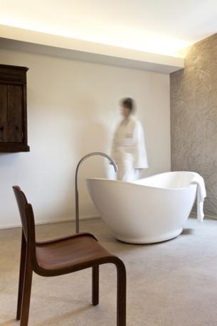 A Castiglione delle Stiviere (Mantova) un imprenditore di 29 anni, Eugenio Gallina, ha aperto un hotel che ripercorre in 78 stanze il pensiero di Dunant, affidando l'estro artistico della rilettura al designer Ermanno Preti