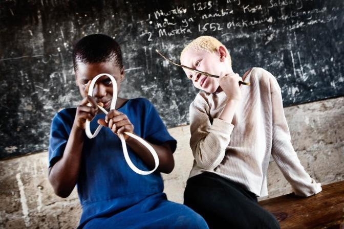 Foto dell'anno Unicef: il primo premio è andato a questo scatto dello svedese Johan Bävman, che ritrae due bambine in Tanzania, una di loro è albina (dal sito www.unicef.de)