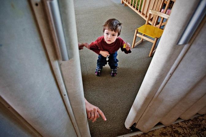 La seconda classificata: una bambina di 5 anni in un istituto per autistici a Praga fotografata da Milan Jaro? (dal sito www.unicef.de)