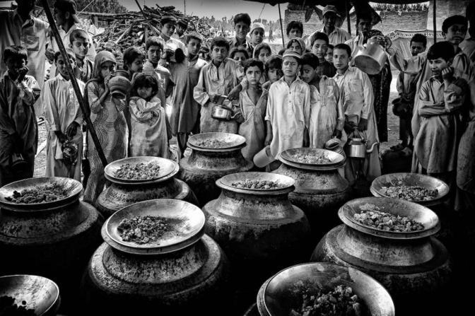 Terza classificata: l'ora della merenda nel campo profughi di Sheikh Yasin, in Pakistan. La foto è di Edwin Koo (dal sito www.unicef.de)