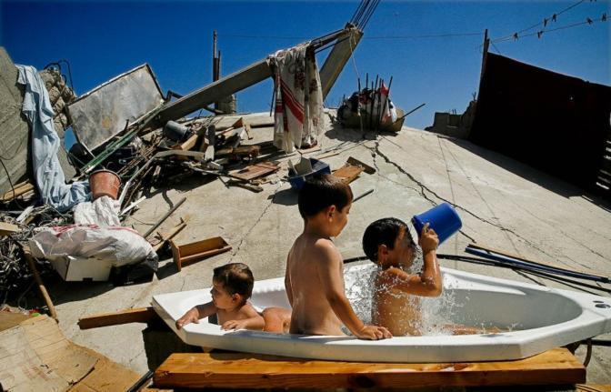 Menzione speciale a questo scatto di Eman Mohammed: tre bambini fanno il bagno tra le rovine di quella che un tempo era la loro casa, nel nord della Striscia di Gaza (dal sito www.unicef.de)