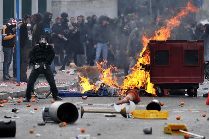 Manifestazioni con scontri e arresti ad Atene nell'anniversario della morte del 15enne Alexandros Grigoropoulos: la polizia ha arrestato decine di persone, tra cui cinque italiani. Gli agenti hanno lanciato gas lacrimogeni all'indirizzo dei dimostranti, che hanno lanciato sassi e petardi e incendiato cassonetti. Il rettore dell'Università è stato picchiato e ferito alla testa mentre alcuni giovani tentavano di entrare nella sede dell'ateneo (Afp)