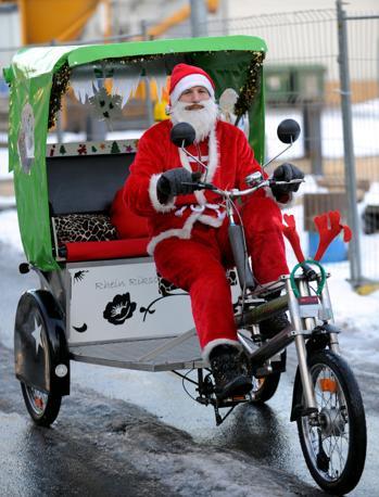 In triciclo a Duesseldorf, in Germania (Ansa/Epa)