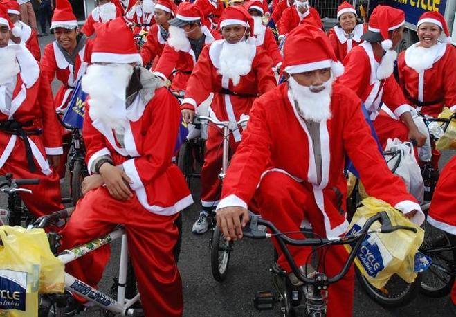 In bicicletta a Surabaya, Indonesia (Afp)