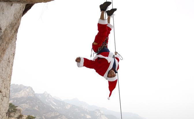 Un Babbo Natale sudcoreano appassionato di rock-climbing  sul monte Buckhan (Ansa/Epa)