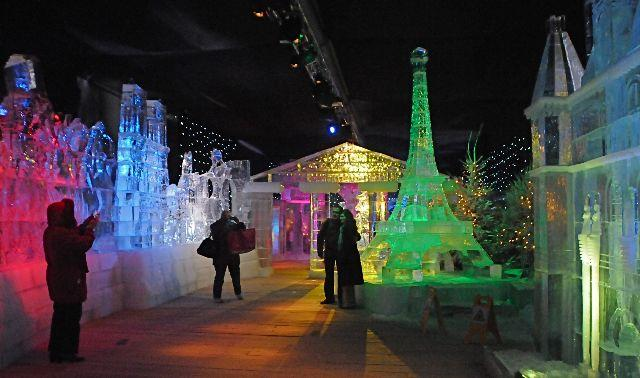 Una Parigi di ghiaccio, a 6 gradi sotto lo zero, quella che si può visitare fino al 28 dicembre sugli Champs Elysées, a due passi da Place de la Concorde, tra gli chalet del mercatino di Natale. Nel padiglione prefabbricato di