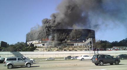 Un piccolo aereo privato si è schiantato ad Austin, in Texas: colpito un edificio adiacente alla sede locale dell'Fbi. Si esclude l'ipotesi terrorismo (foto tratte dal sito www.kvue.com)