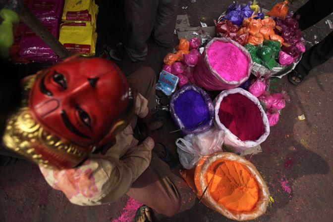 Un venditore ambulante di colori a Gauhati, India (Ap)