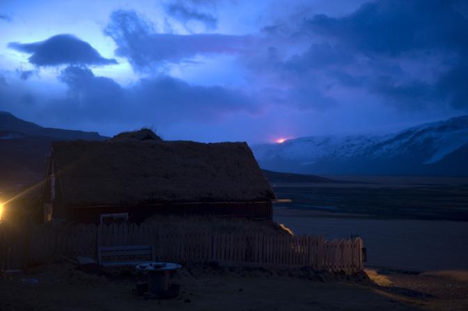 È emergenza eruzione in Islanda dove poco dopo la mezzanotte un vulcano nelle vicinanze del ghiacciaio di Eyjafallajoekull si è risvegliato costringendo le autorità ad evacuare circa 600 persone (Afp)