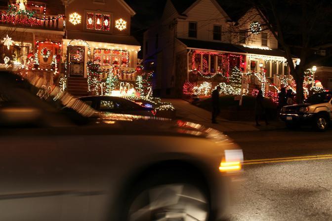 E' un classico americano, rivisitato da diversi film natalizi, anche in chiave ironica: illuminare le facciate delle case, i tetti, i vialetti e i giardini. Cose di  solito tipiche in sobborghi tranquilli e nelle «small town». Ma quando succede a Brooklyn, uno dei quartieri più multirazziali e multiculturali di New York, il kitch natalizio può assumere un significato diverso. La rinascita urbanistica e culturale della zona negli ultimi anni trova in queste decorazioni una propria provvisoria ma festosa celebrazione. Come per far notare la propria peculiarità accanto alle «mille luci» di Manhattan (Afp)
