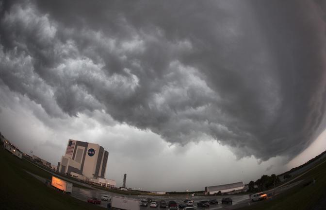 Durante la forte tempesta che si è abbattuta sui cieli della Florida giovedì scorso, un fulmine è caduto vicino alla rampa di lancio dove si trova lo shuttle Endeavour a Cape Canaveral, e ha causato danni al velivolo aerospaziale. Il vento ha raggiunto la velocità di 145 chilometri orari e un fulmine «ha colpito all'interno del perimetro della rampa», ha detto un portavoce della Nasa (Reuters)