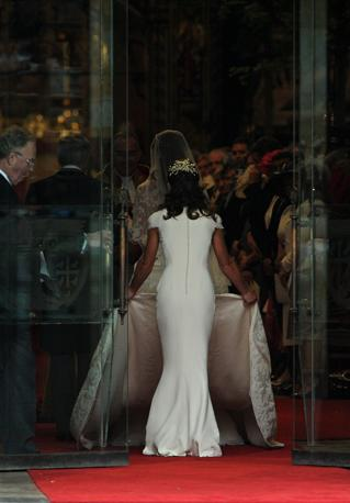 [IMG=http://images.corriereobjects.it/gallery/Esteri/2011/04_Aprile/nozze_william_kate/18/img_18/pippa_07_672-458_resize.jpg]